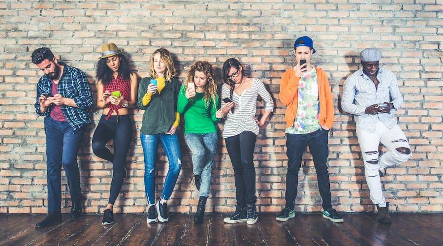 adolescents contre un mur
